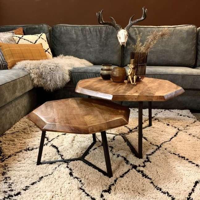25. Mesa de centro rustica para sala com sofá estilo industrial – Foto Pinterest