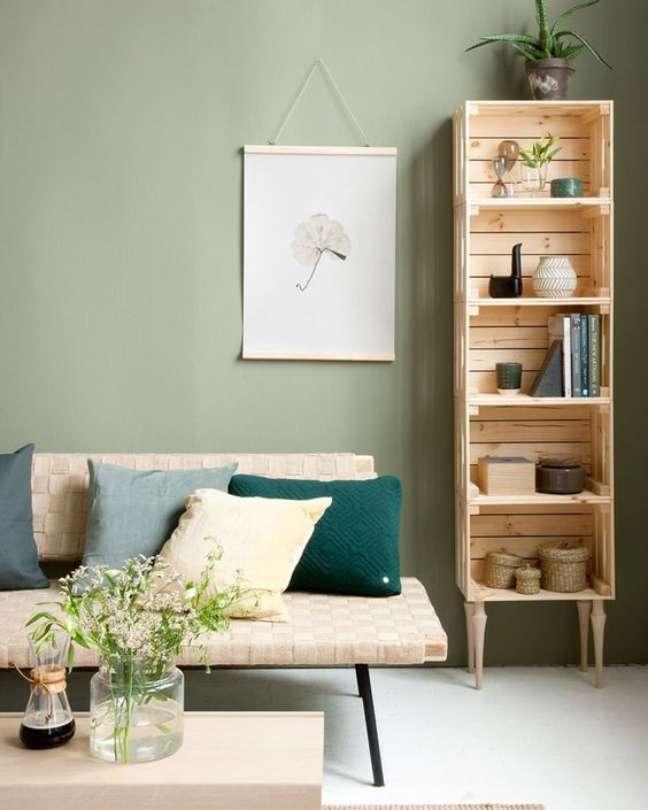 47. Sala rústica com mini estante de madeira ao lado do sofá – Foto Shake My Blog