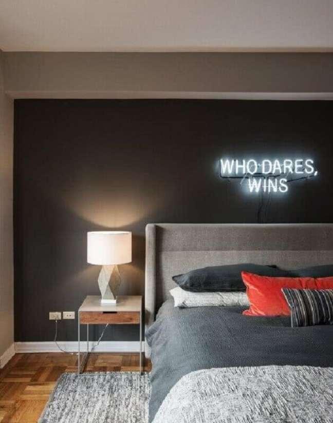 9. Dicas de decoração para quarto cinza com luminária neon na cabeceira de cama – Foto: Houzz
