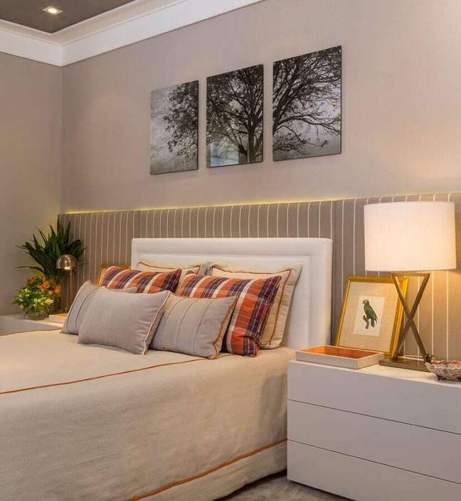 25. Dicas de decoração para quarto de casal bege com cabeceira branca – Foto: Pinterest
