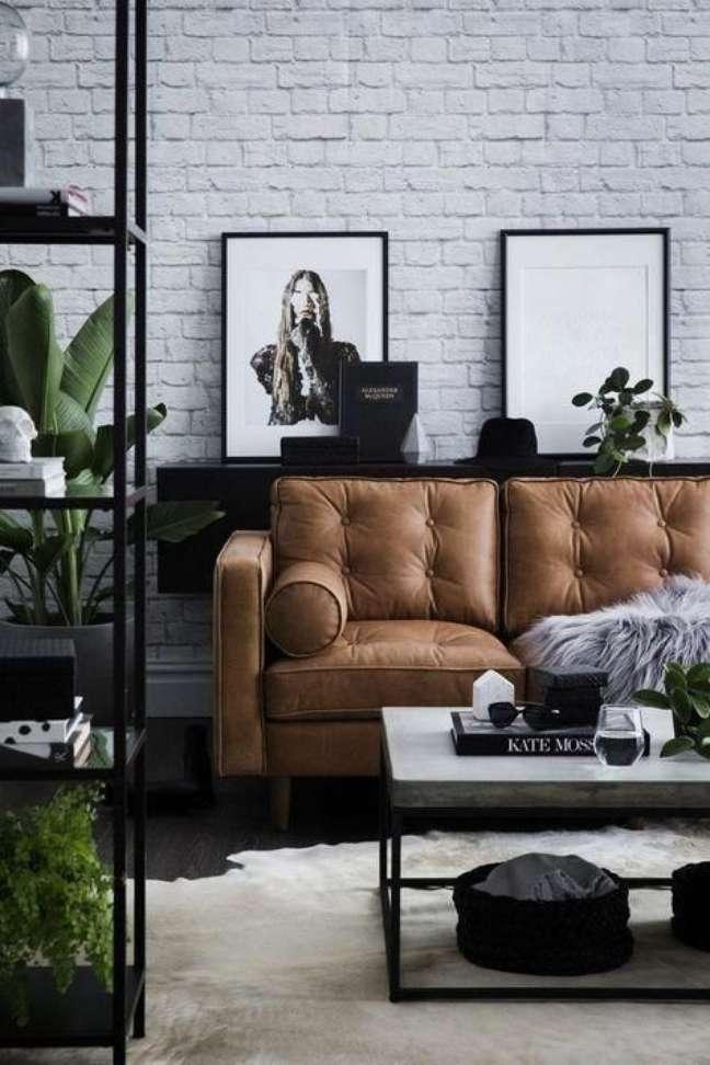 2. Sofá estilo industrial de couro caramelo – Foto Tlcinteriors