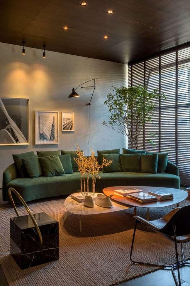 11. Sofá estilo industrial verde na sala moderna – Foto Boombam