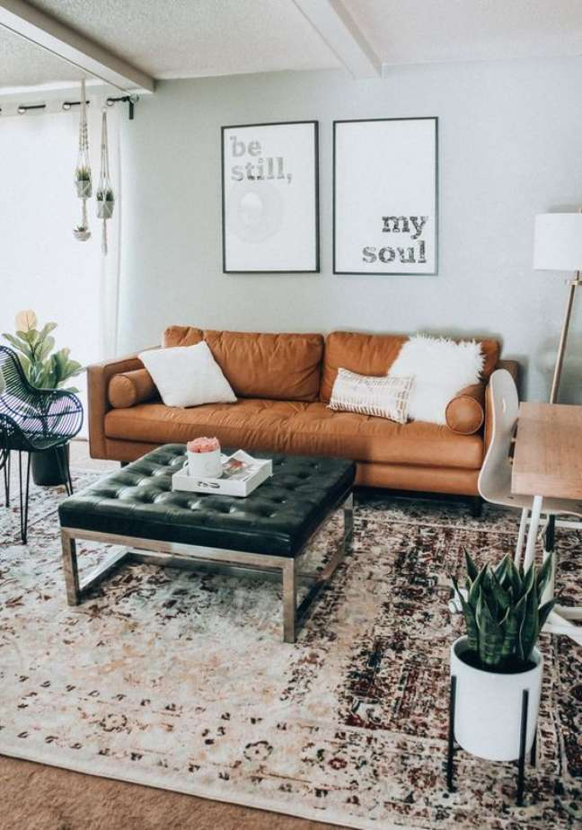 17. Sala de estar com sofá de couro minimalista – Foto The Girl In The Yellow Dress