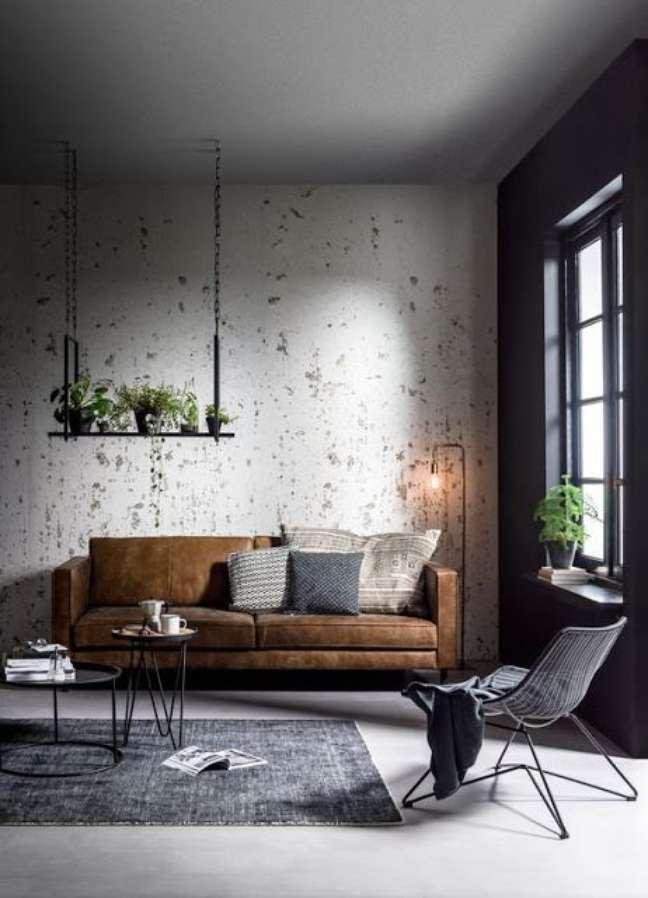 56. Sofá estilo industrial para sala cinza decorada com plantas – Foto Pco