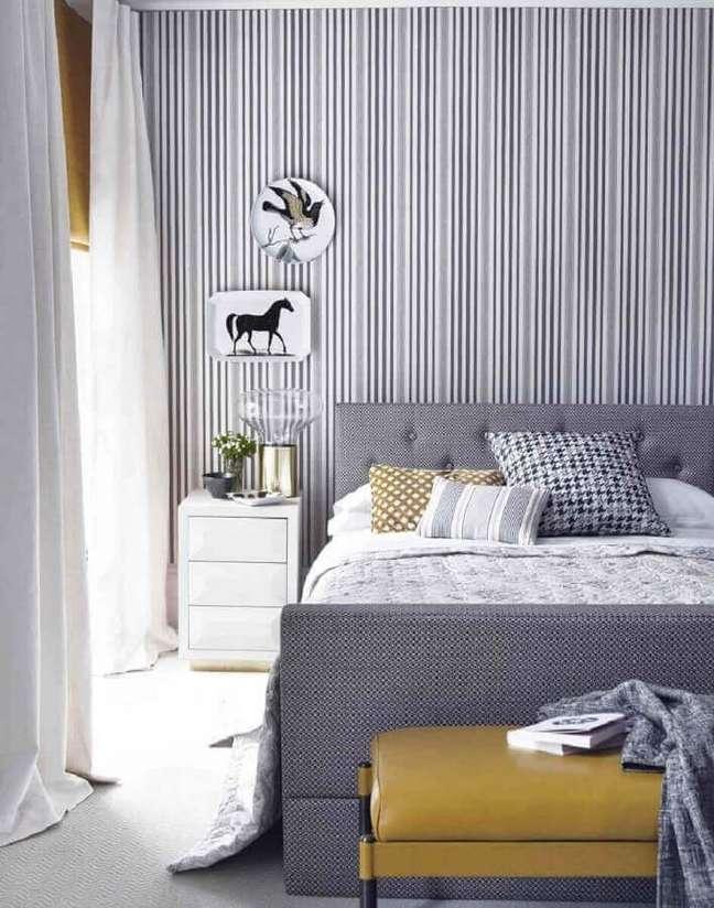 30. Dicas de decoração para quarto de casal cinza e branco com papel de parede listrado – Foto: Pinterest