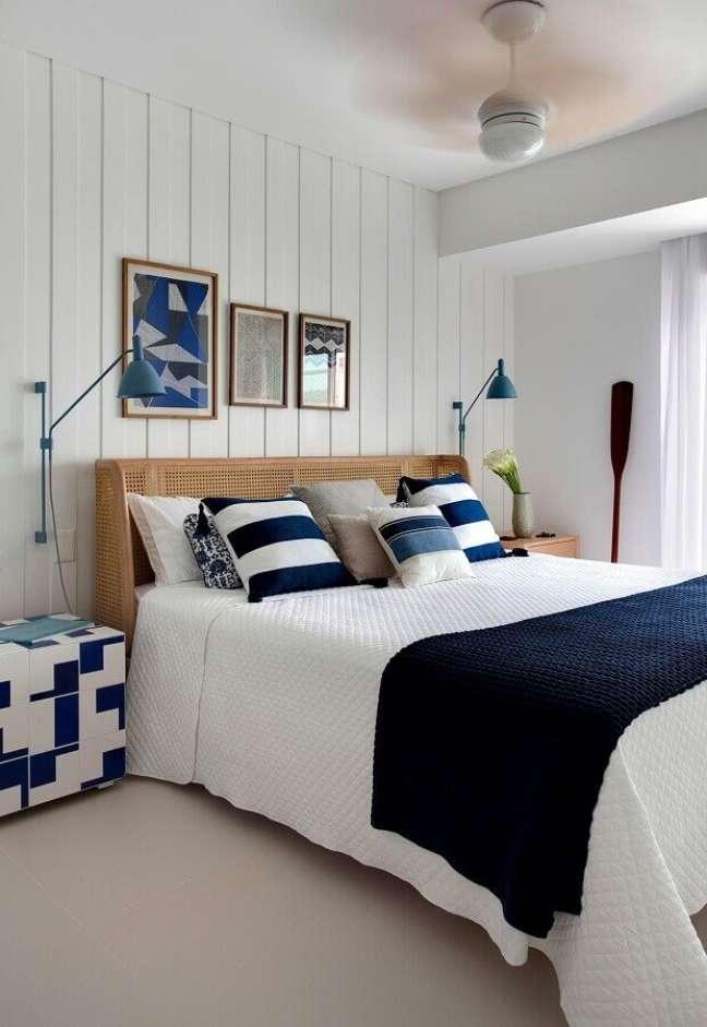 24. Dicas de decoração para quarto de casal azul e branco com cabeceira rústica – Foto: Casa de Valentina