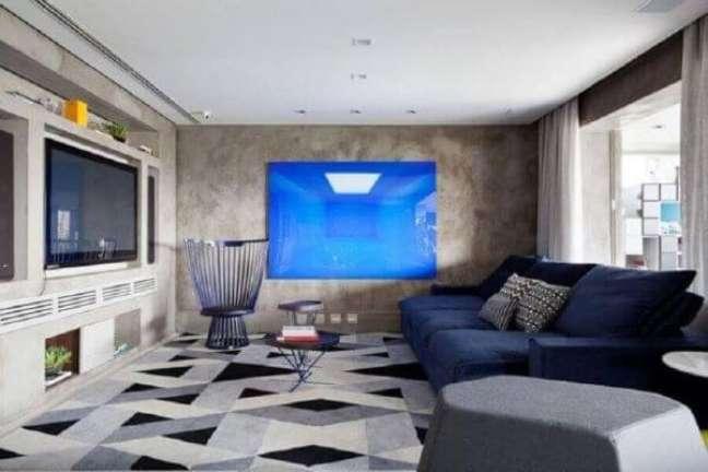 55. Sofá azul marinho na sala de estar cinza – Foto Suíte Arquitetura