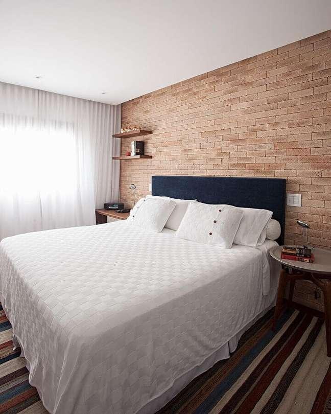 34. Dicas de decoração para quarto de casal com parede tijolinho e tapete listrado – Foto: Korman Arquitetos