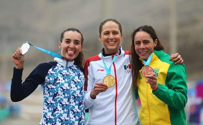 Jaqueline Mourão (à dir.) exibe a medalha de bronze conquistada no Pan de Lima; ela agora que subir no pódio dos Jogos de Tóquio