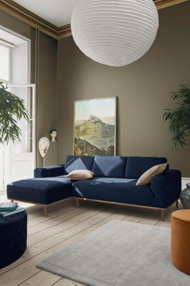 30. Sala chique com sofá azul marinho – Foto Pinterest