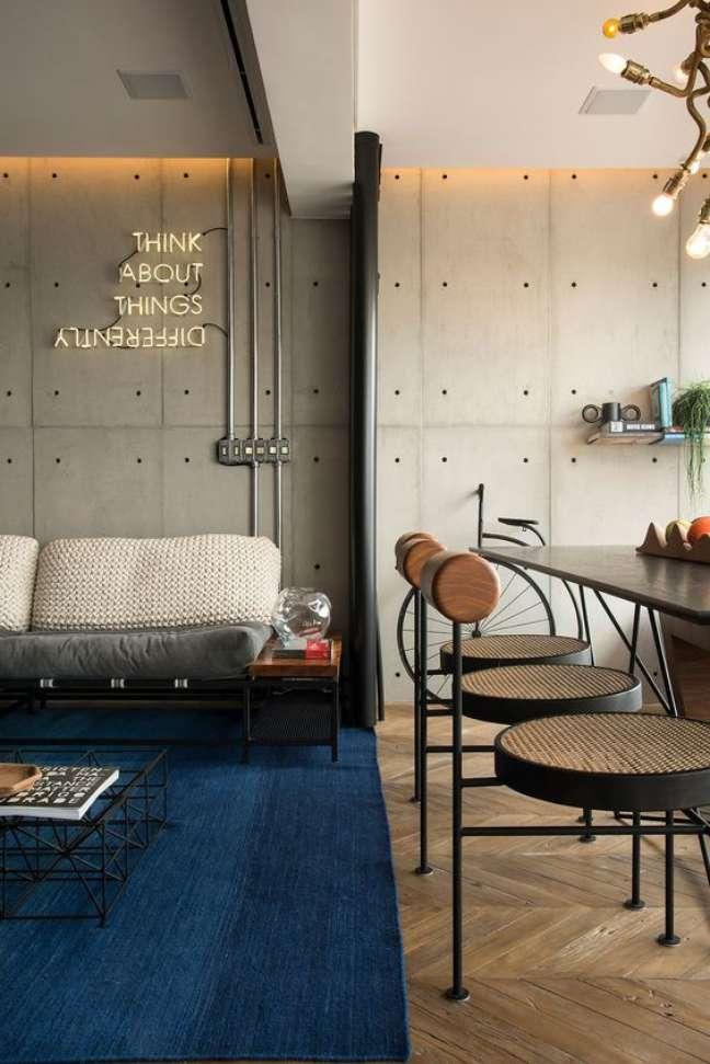 6. Sala com sofá estilo industrial na cor cinza – Foto Casa de Valentina