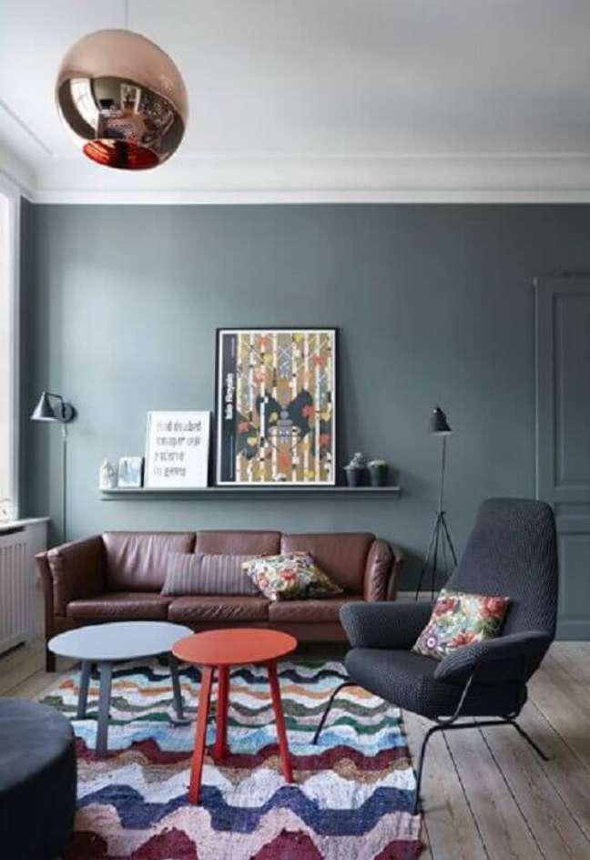 43. Sala de estar decorada com tapete colorido e poltrona preta – Foto The Sweet Spot