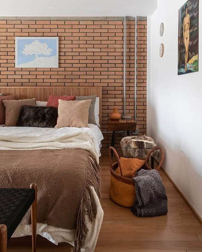 57. Dicas para decorar quarto de casal com parede tijolinho e almofadas diferentes – Foto: H2C Arquitetura