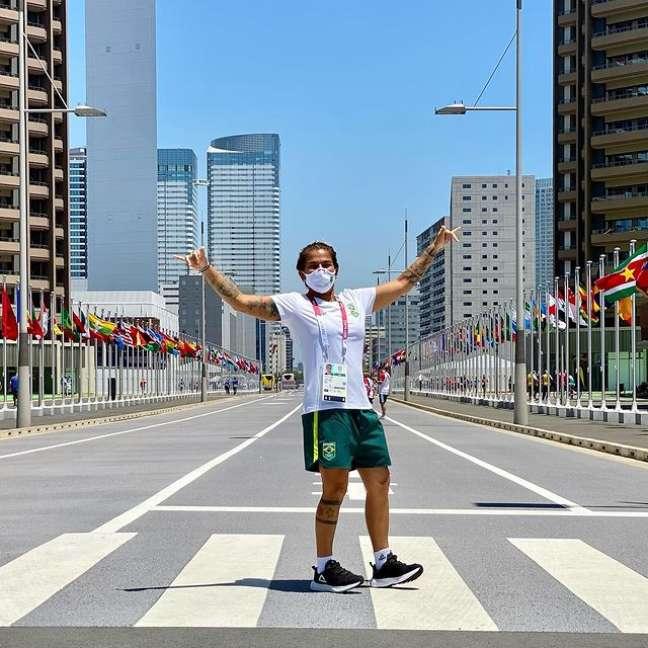 Silvana Lima visitou a Vila Olímpica nesta segunda-feira em Tóquio Reprodução Instagram @silvanalimasurf_