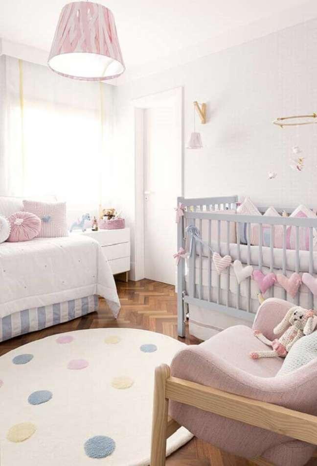 18. Dicas de decoração para quarto de bebê em tons pastéis com tapete redondo – Foto: Pinterest