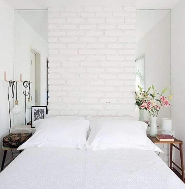 59. Dicas para decorar quarto de casal pequeno com parede de tijolinho branco – Foto: Archidea