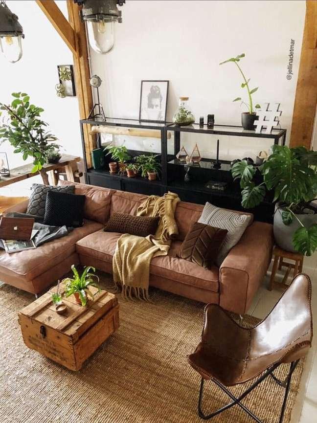 60. Sofá estilo industrial marrom na sala decorada com plantas – Foto Pinterest