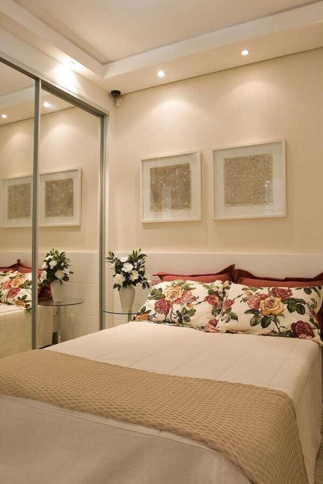 26. Dicas de decoração para quarto de casal bege com guarda roupa espelhado – Foto: Jeito de Casa