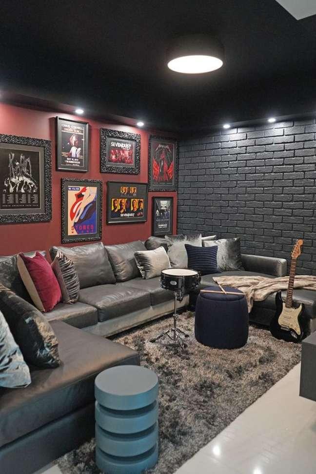 31. Sala cinza escuro com sofá estilo industrial – Foto DKOK Interiors
