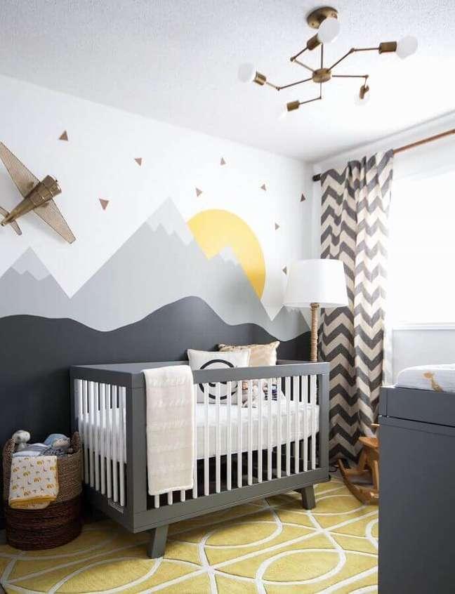 12. Dicas de decoração para quarto de bebê cinza e branco com adesivos de montanhas para parede – Foto: Pinterest