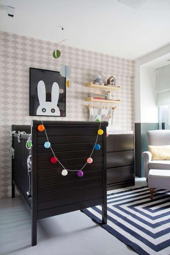 14. Dicas de decoração para quarto de bebê com móveis pretos e papel de parede geométrico – Foto: Home Fashion Trend