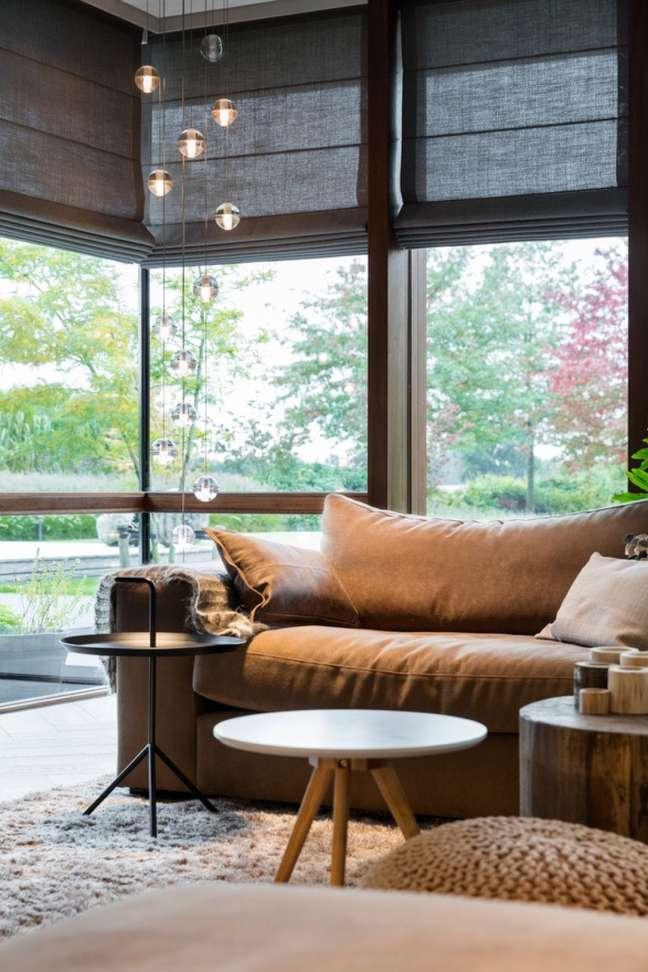 36. Sala de estar com janelas de vidro e persiana preta – Foto Hoog Design