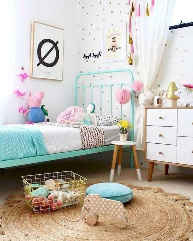 39. Dicas de decoração para quarto infantil com tapete redondo e cama azul – Foto: Últimas Decoração