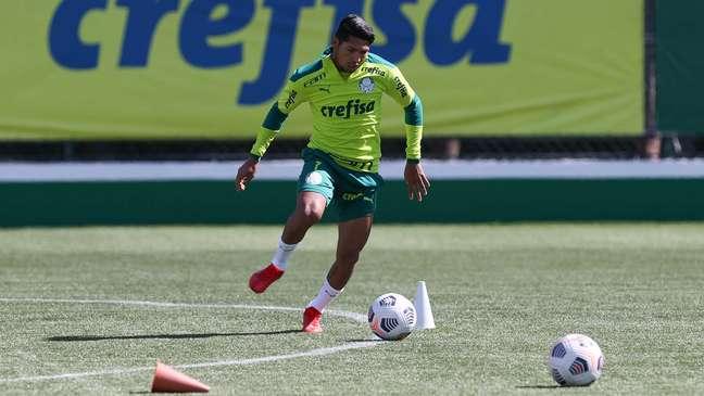 O atacante Rony trabalha com bola no treino desta segunda-feira na Academia de Futebol