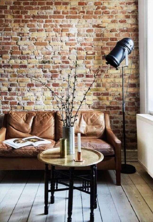 14. Sala com sofá estilo industrial e papel de parede de tijolinho – Foto Home Stratosphere