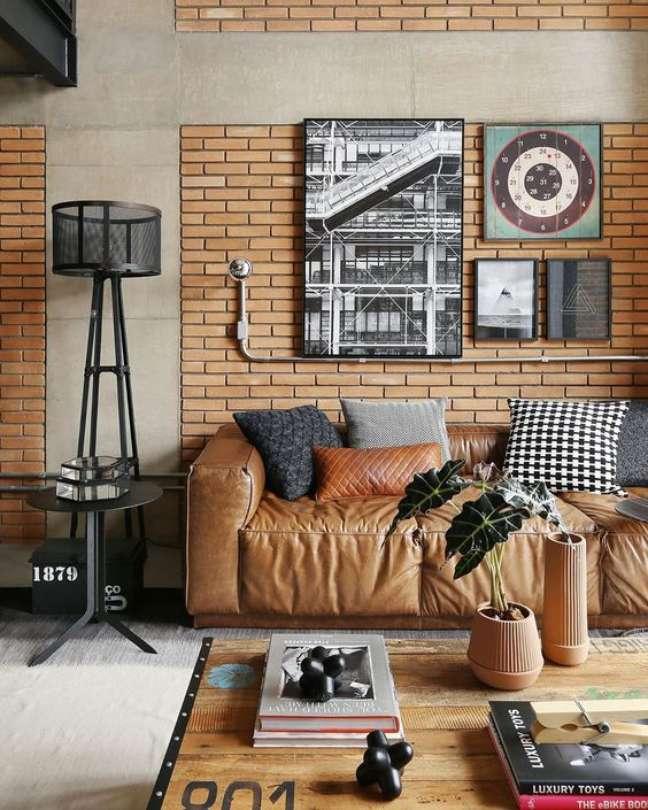 5. Sofá estilo industrial de couro e parede de tijolinho – Foto Pinterest