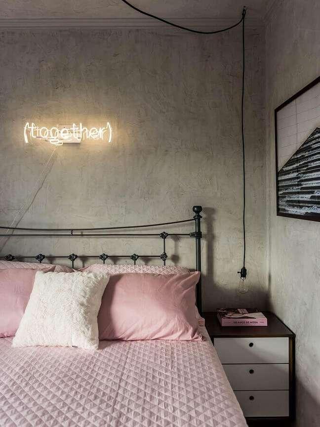 48. Dicas de decoração para quartos femininos com cama de ferro e parede de cimento queimado – Foto: Pinterest