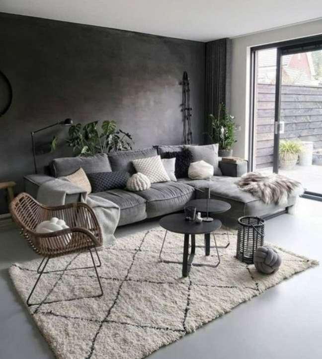 12. Sofá estilo industrial cinza com parede de cimento queimado -Foto Archzine