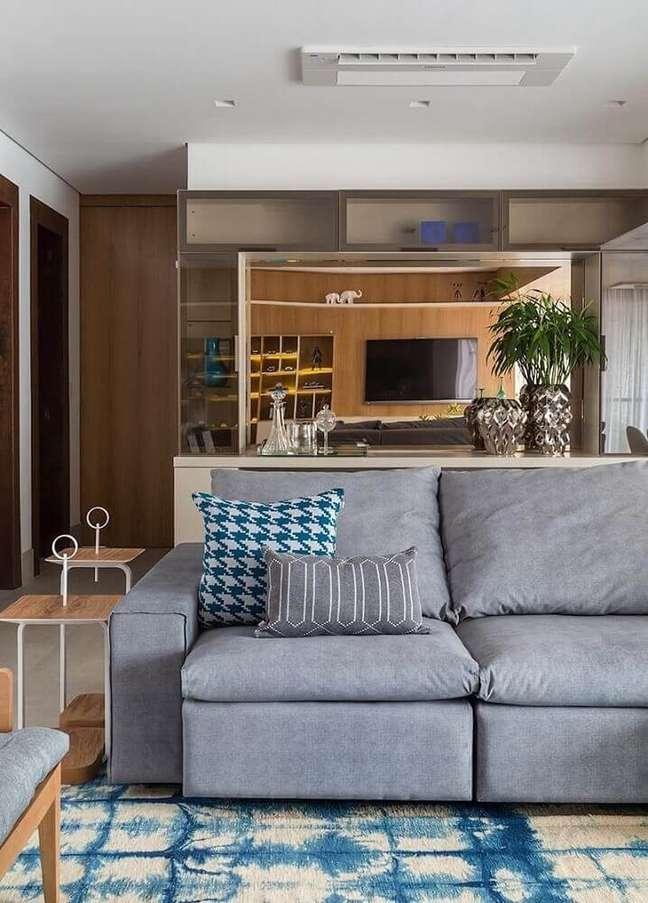 21. Sala com decoração moderna e sofá cinza – Foto Eliane Mesquita