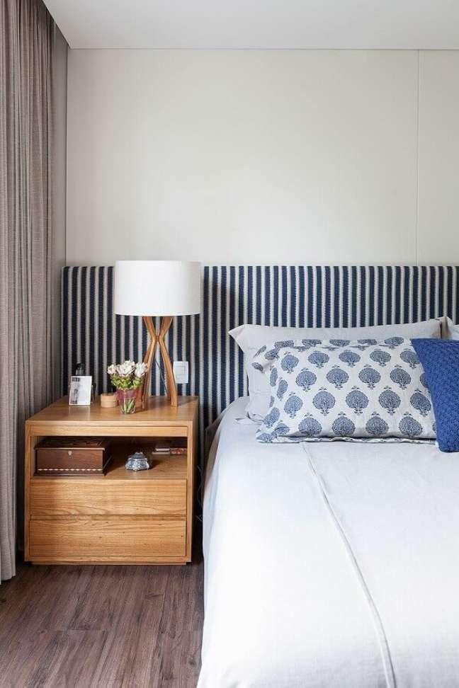 1. Dicas de decoração para quarto branco com cabeceira estofada azul e branca listrada – Foto: Casa de Valentina