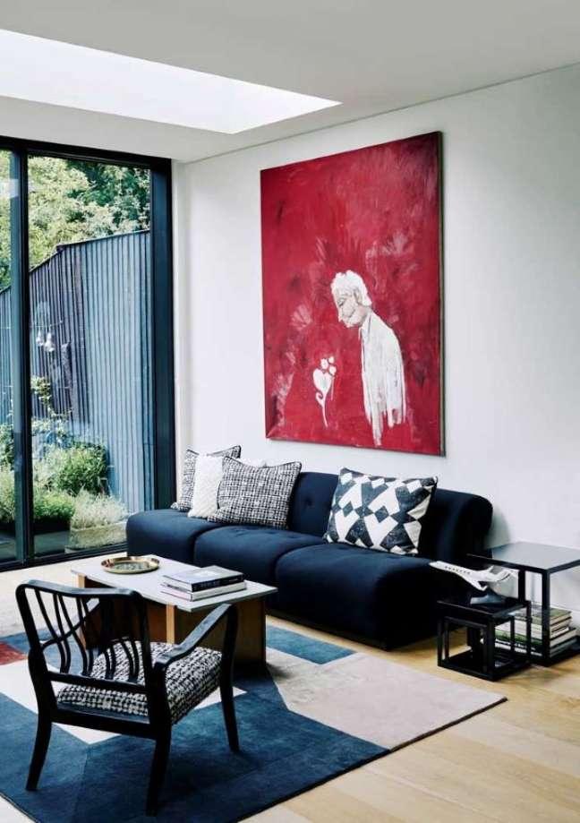 54. Sofá azul marinho na sala branca com quadro vermelho – Foto Pinterest