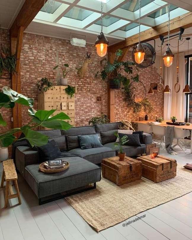 1. Sala com sofá estilo industrial e decoração com papel de parede rústico – Foto Revista Vd