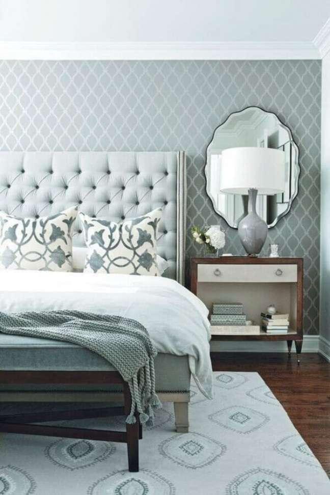 2. Dicas de decoração para quarto de casal cinza clássico com cabeceira capitonê – Foto: Pinterest