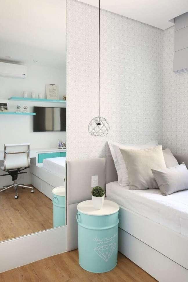 45. Dicas de decoração para quartos femininos branco modernos com tonel decorativo azul Tiffany – Foto: Pinterest