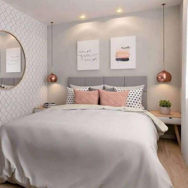 31. Dicas de decoração para quarto de casal cinza e rosa com luminária pendente rose gold – Foto: MdeMulher