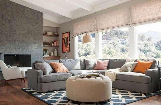 13. Sala industrial iluminada com sofá de canto cinza – Foto Pinterest
