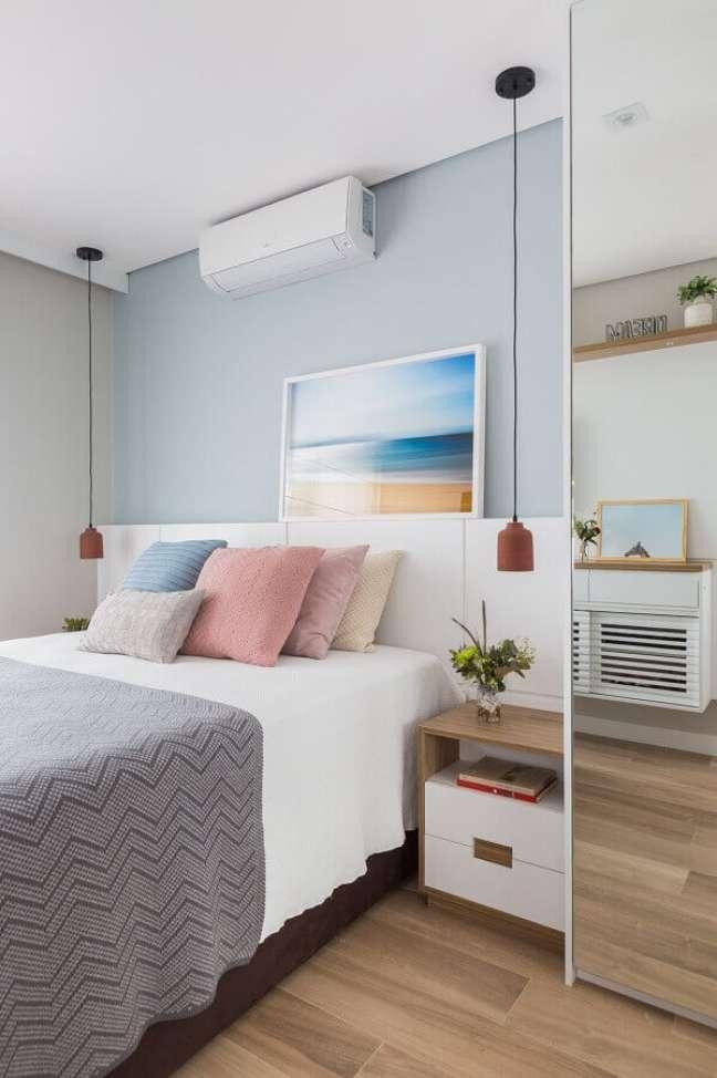 32. Dicas de decoração para quarto de casal com almofadas coloridas e luminária pendente – Foto: Pinterest
