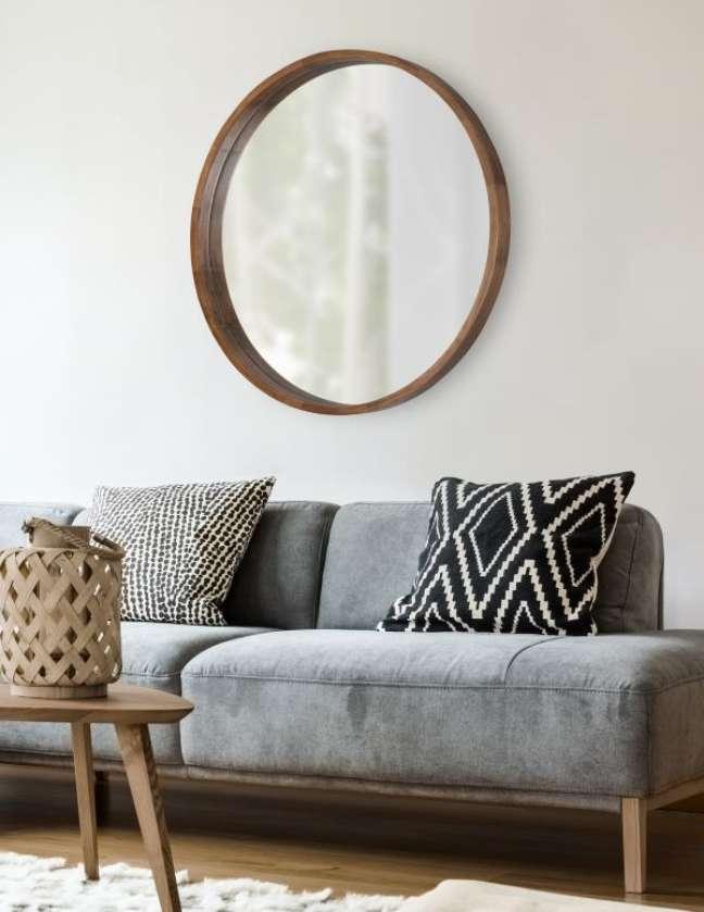 27. Moldura redonda de madeira para sala de estar – Foto Kate e Laurel