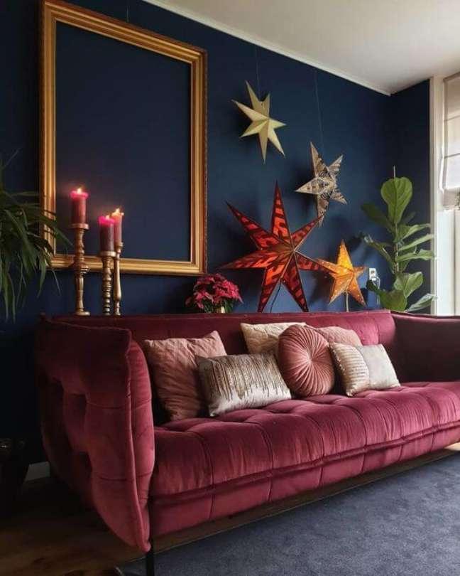57. Sofá cor vinho na sala com parede azul marinho – Foto We Heart it