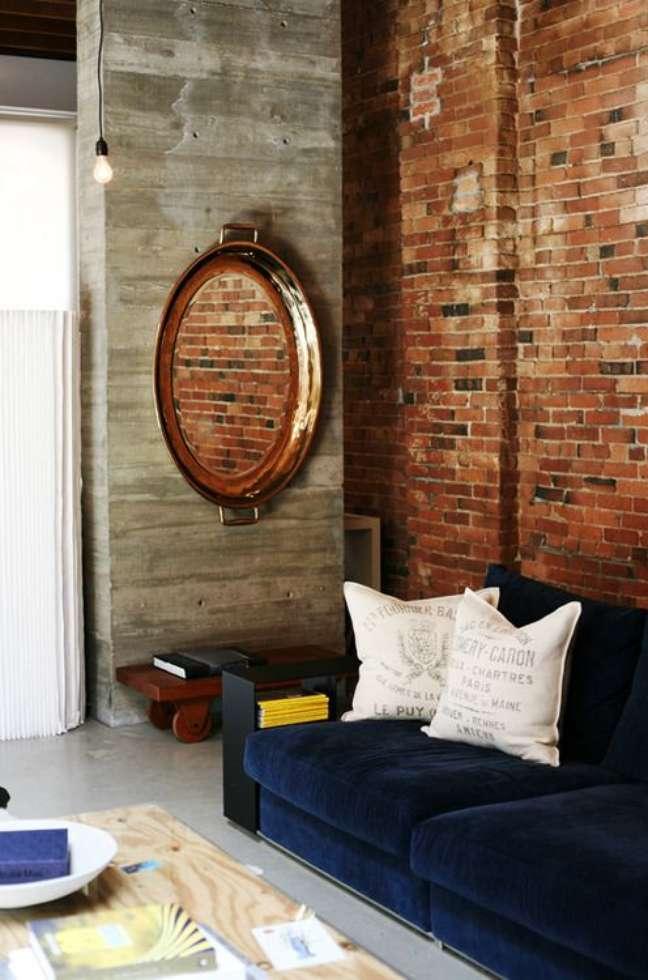 32. Sala com papel de parede rustico e sofa azul marinho – Foto Dream Book Desing