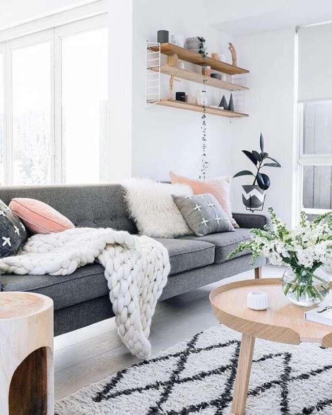 49. Sala com sofá estilo industrial cinza e decoração branca e rose – Foto Revista Vd