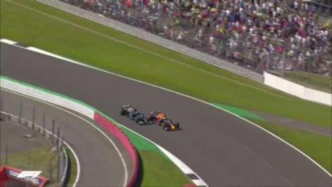 Lewis tinha espaço à direita.