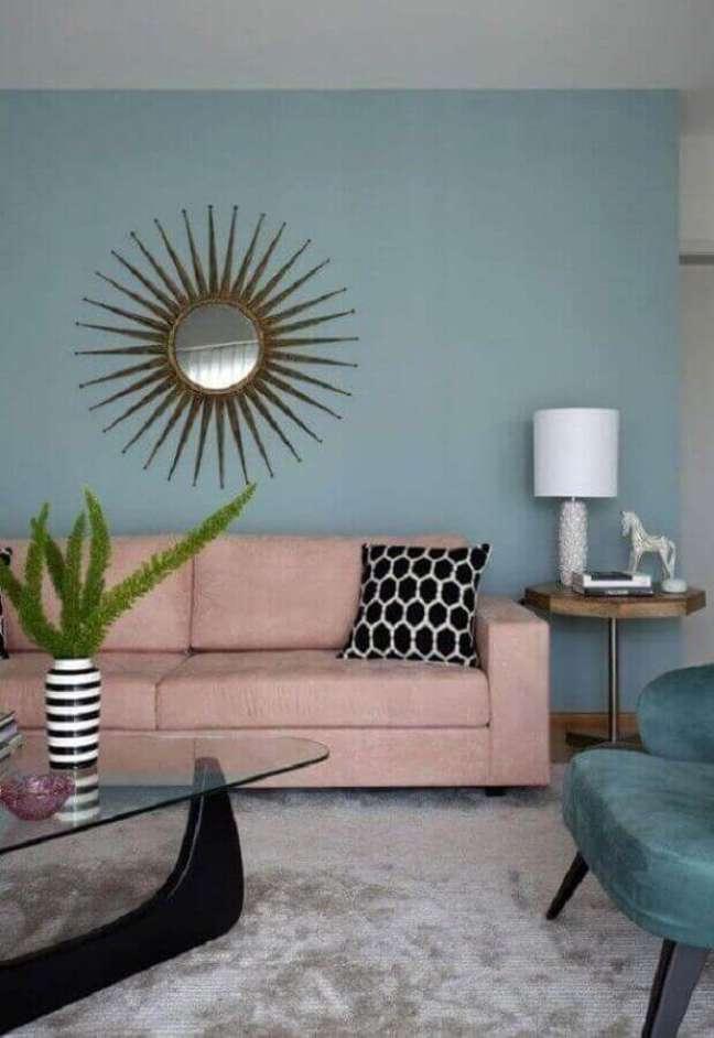 60. Sofá rosa chá para sala de estar decorada com parede azul claro – Foto: Conexão Decor