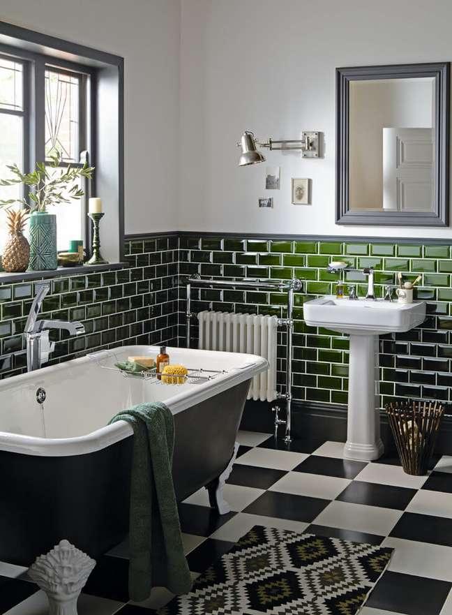 35. Banheiro moderno preto com banheira de pé – Foto Pinter