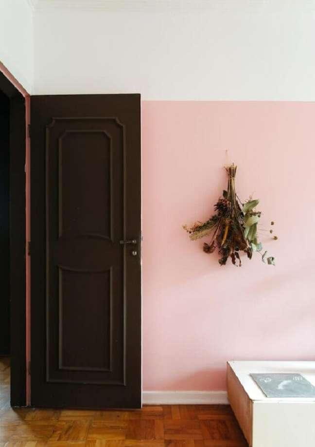 42. Parede rosa chá para decoração de casa com porta de madeira – Foto: Histórias de Casa