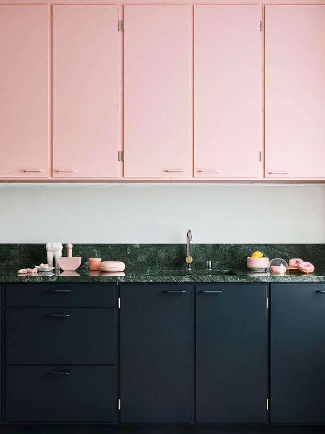8. Armário aéreo rosa chá para decoração de cozinha com gabinete preto – Foto: Domino